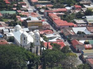 Veis la iglesia...a la derecha un tejadito rojo...esa es mi casa!
